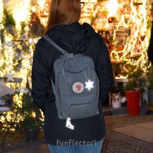 Rucksack mit Schneeflocke Reflektor-Anhänger, ideal beim Stadtbummel. Kann leicht an Taschen, Rucksäcken und Jacken befestigt werden.