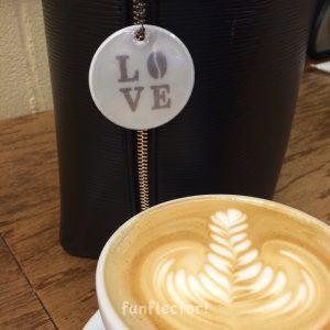 """""""Love Coffee"""" runder Kaffee Reflektor-Anhänger für Kaffeeliebhaber, Fußgänger und Radfahrer. Geeignet für Jacken,Taschen oder Rucksäcke"""
