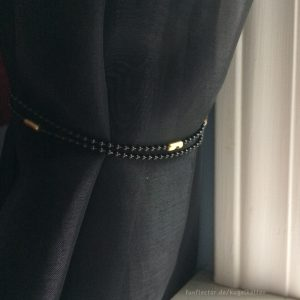 Dekorative schwarze Kugelketten als Raffhalter für Gardinen