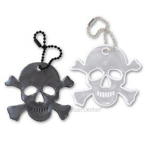 funflector Totenkopf Reflektor-Anhänger für Piraten, Seefahrer Fußgänger und Radfahrer, besonders populär zu Halloween. Die Kugelkette läßt sich leicht an Reißverschlüssen von Jacken, Taschen, Piratenflaggen oder Halloweenkostümen anbringen.