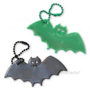Lustige Fledermaus Reflektor-Anhänger für Fußgänger und Radfahrer, besonders an Halloween populär. Dank Kugelkette leicht an Reißverschlüssen von Jacken oder Kostümen anzubringen.