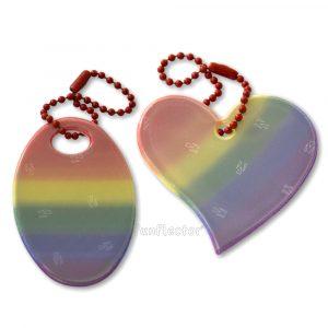 LGBT Pride Regenbogen Reflektor-Anhänger in herzform und oval. Leicht an Taschen, Rucksäcken, Jacken und Reißverschlüssen zu befestigen.