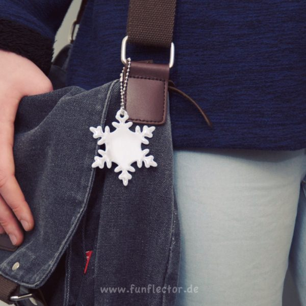 Tasche mit Schneeflocke Reflektor-Anhänger, ideal beim Einkaufsbummel. Kann leicht an Taschen, Rucksäcken und Jacken befestigt werden.